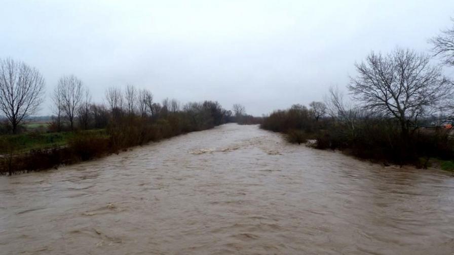 """Река Стряма скъса дига, може да залее цяло село и АМ """"Тракия"""""""