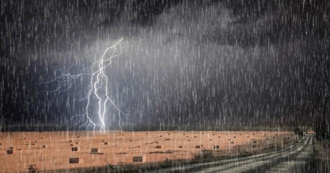 Бурите и валежите продължават и в петък, когато на много