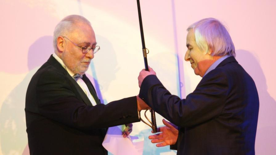 """Изпълнителният директор на """"Дарик радио"""" Радосвет Радев връчва на Теодоси Теодосиев традиционната награда за Мъж на годината - сабя"""