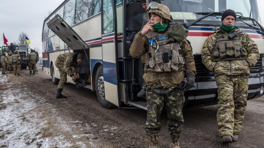 Украински войници се изтеглят от Дебалцево
