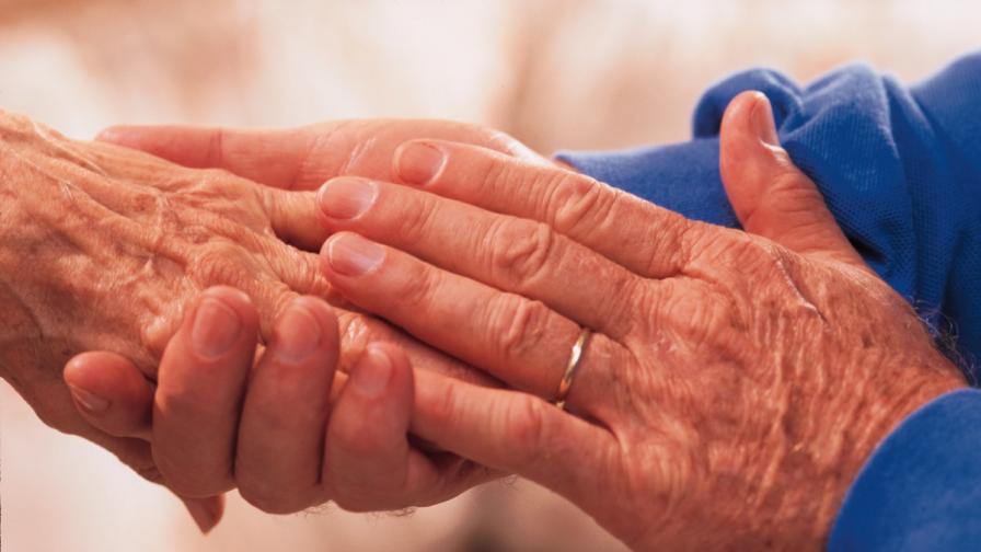 Мъж видя семейството си за пръв път от 10 г. с бионично око