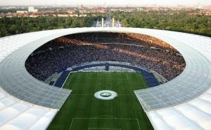 U2 плаща новата трева на Херта Берлин