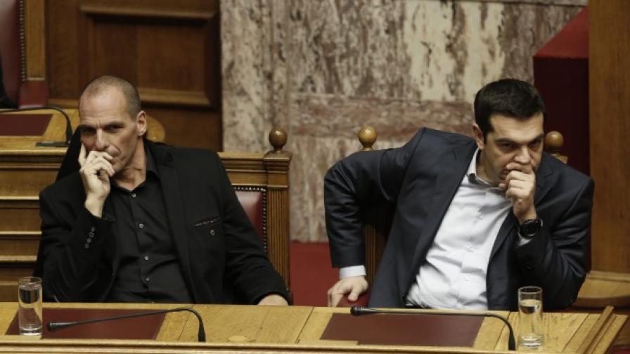 Гръцкият премиер Алексис Ципрас (вдясно) и финансовият министър Янис Варуфакис