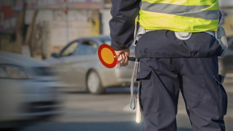 Шофьор блъсна две полицейски коли и рани полицай