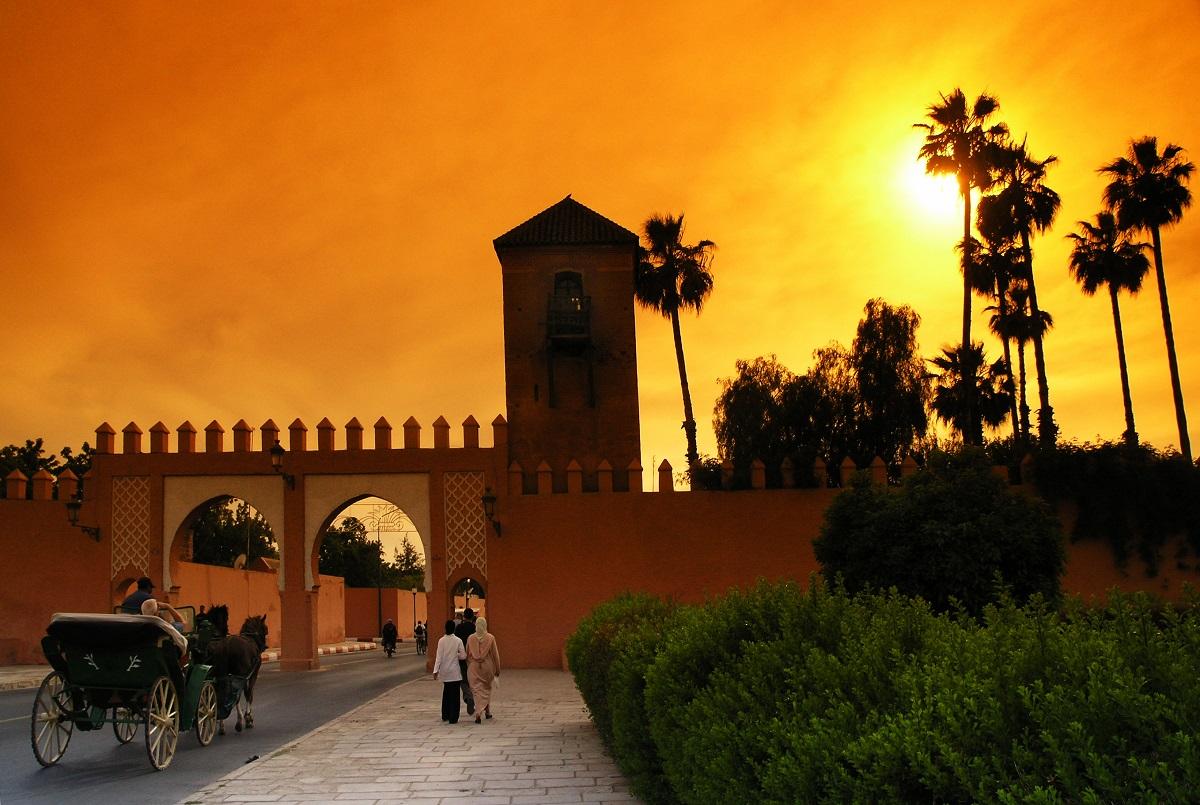 2. Мароко -Следващата държава с потенциално опасни места, където може да се случи терористична атака е Мароко. Правителството предупреждава посетителите си за зачестилите случаи на джебчийство, автокражби и улични грабежи, особено в по-големите градове и туристически дестинации. Съветваме ви да носите чанта през рамо и да нямате видими скъпоценности. Избягвайте дрехи, разголващи корема, къси шорти и тънки презрамки. Ако се изгубите, не питайте мъж за посоката, а влезте в магазин и питайте жена. Научете полезни арабски и френски фрази.