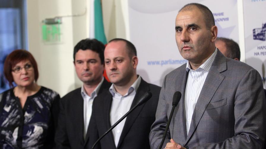 Цветан Цветанов и Радан Кънев на брифинг в парламента