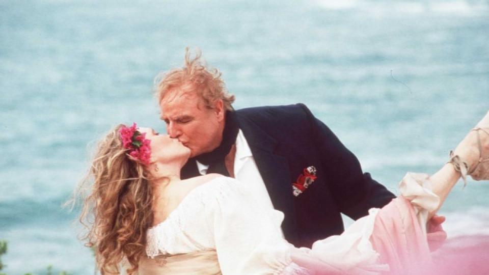 """Покойният Марлон Брандо става собственик на остров в Таити през 1965 г. Иначе тук го виждаме в кадър от филма """"Дон Хуан Де Марко"""" (Don Juan DeMarco"""") (1995 г.) заедно с Фей Дънауей"""