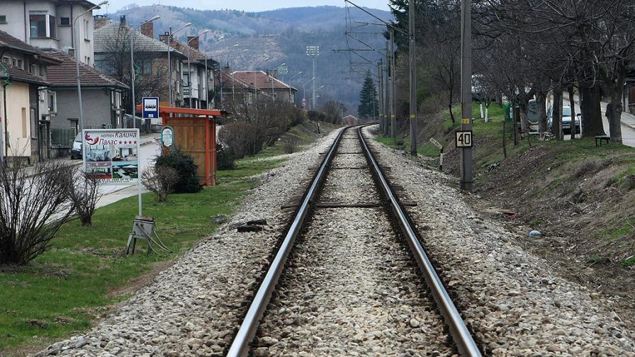 Влак блъсна автомобил на жп прелез, семейство пострада