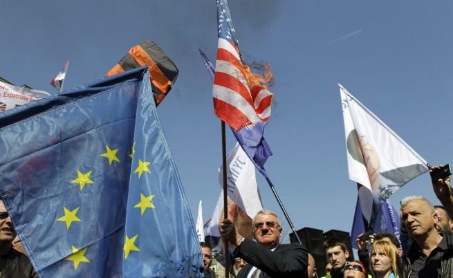 Воислав Шешел държи запаленото знаме на САЩ