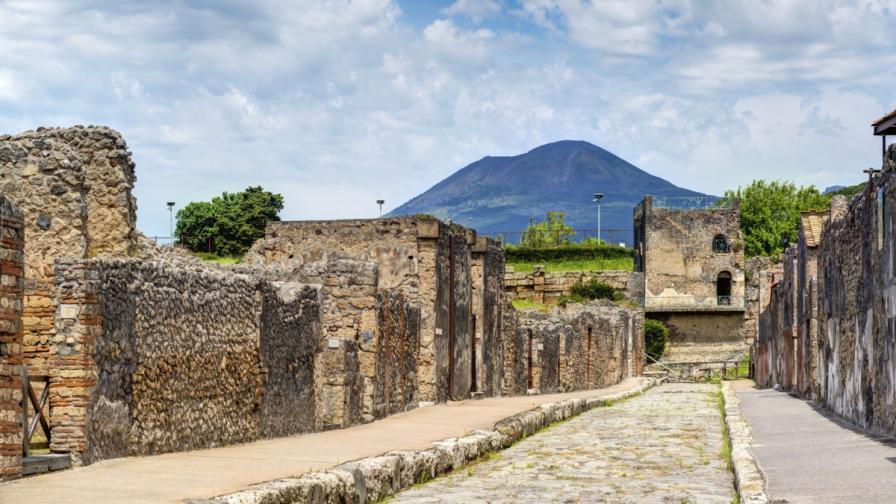 Вулканът Везувий се извисява над улиците на Помпей