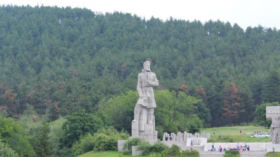 Руши се паметникът на Ботев край Калофер