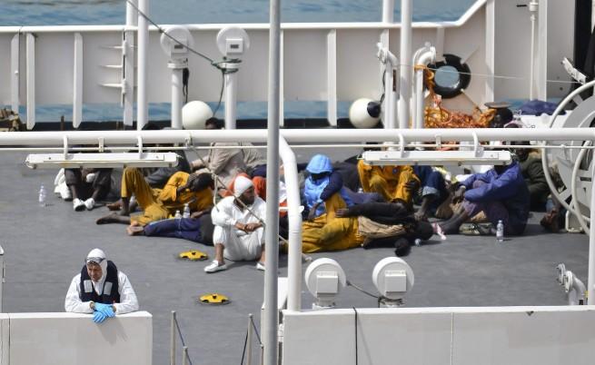 Кораб със стотици мигранти потъва в Средиземно море