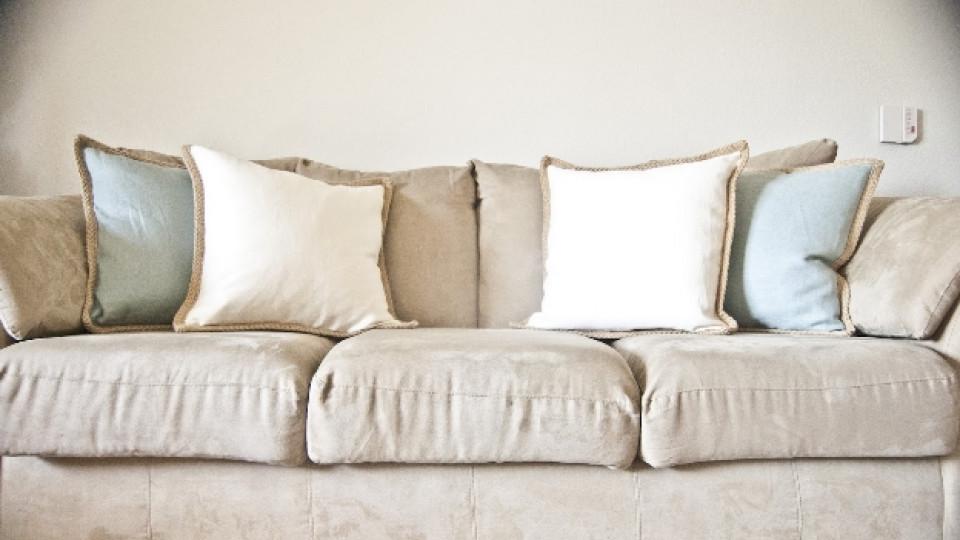 Как да почистим петната по дивана