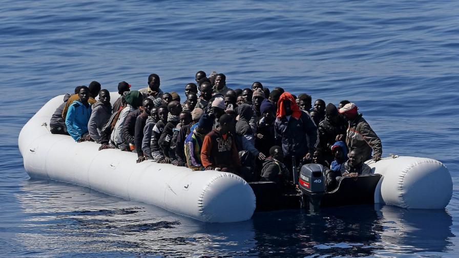 Мигранти вдигнали бунт на спасил ги кораб