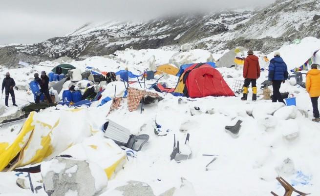 Непал: Моментът, в който лавината пада (видео)