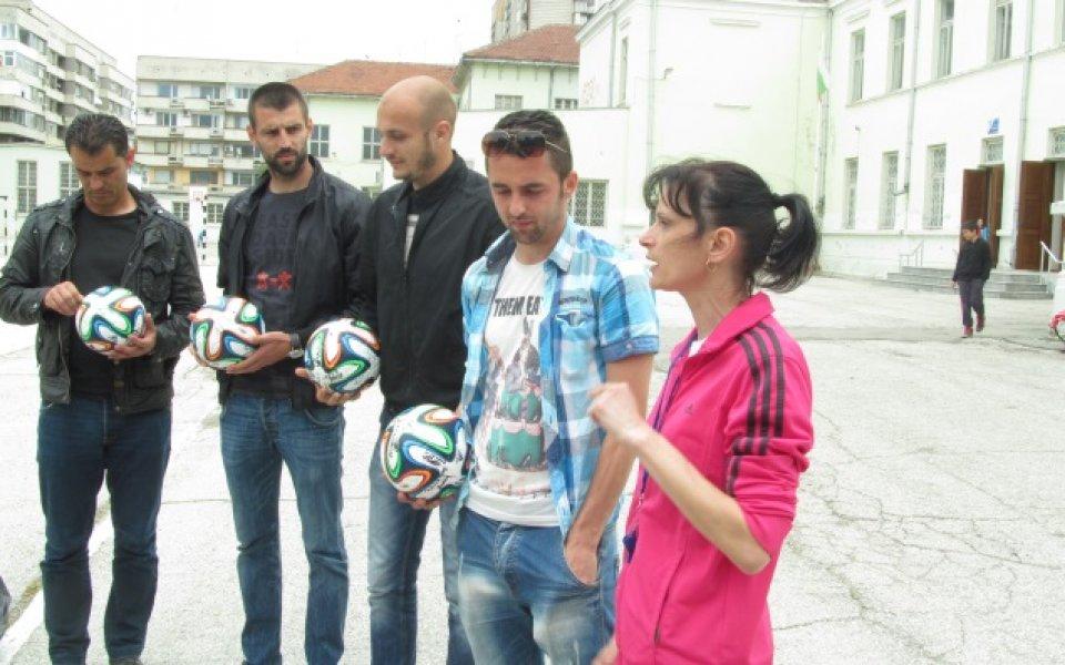 Футболистите на Дунав с подаръци за ученици от Русе