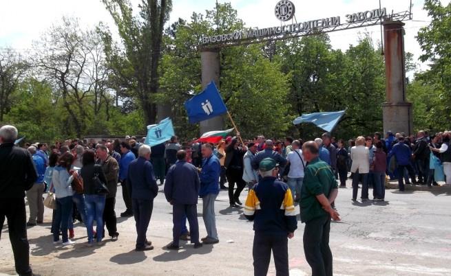 Служители на ВМЗ-Сопот блокираха пътя София-Бургас