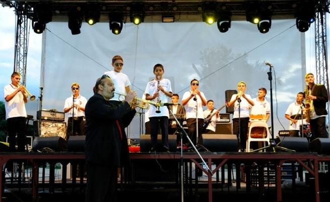 На сцената с Ангел Тичалиев на преден план