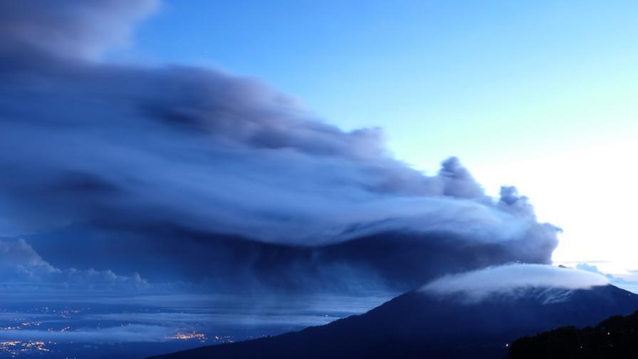 Вулканът Туриалба изхвърля пепел праз март
