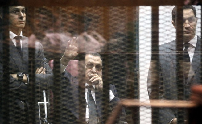Осъдиха Хосни Мубарак и двамата му синове на затвор по обвинения в корупция