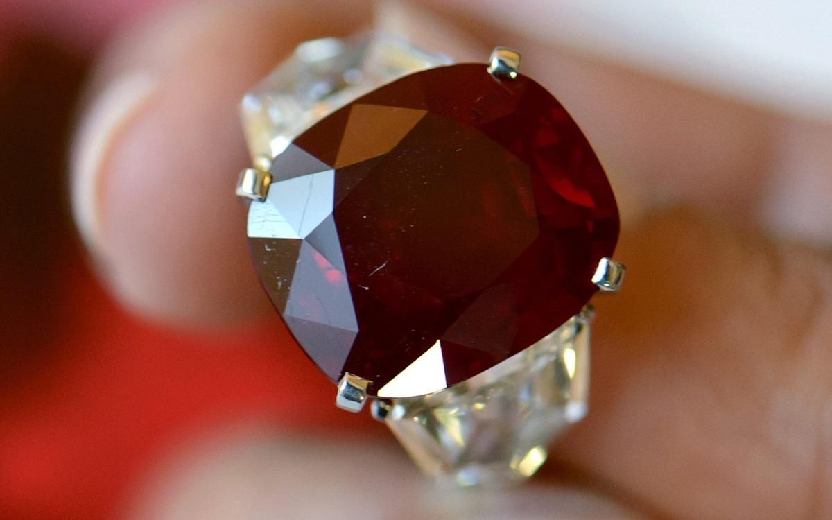 """Козирог - Козирогът традиционалист има своите камъни сред """"строгите"""" изтънчени представители на граната, рубина, ахата и черния оникс. Изключително амбициозни, Козирог обичат скъпите бижута с високо качество на изработка.Те ги виждат не само като украшение, но и като бъдеща инвестиция."""