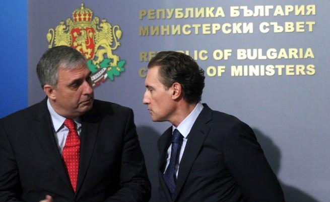 Социалният министър Ивайло Калфин и председателят на КРИБ Кирил Домусчиев