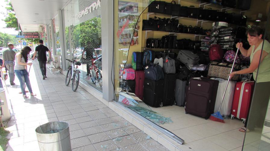 Млада шофьорка връхлетя в магазин с колата си