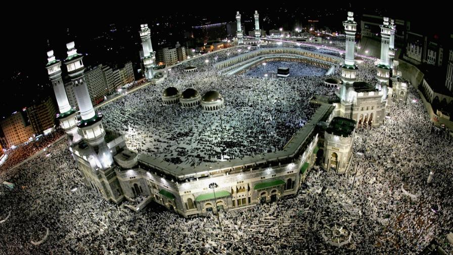 Милиони поклонници се събират за поклонението в Мека всяка година