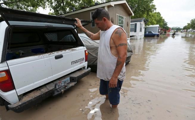 Пет жертви и 12 изчезнали след наводненията в Тексас