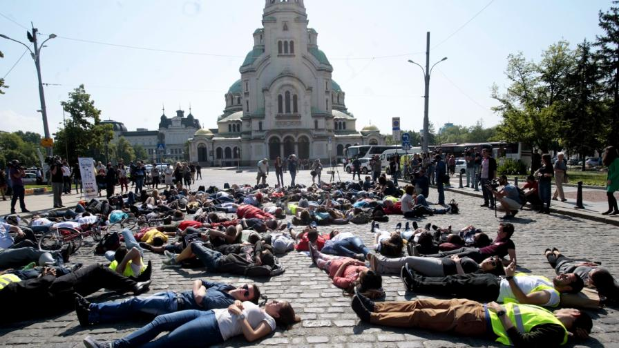 Десетки легнаха на паважа срещу смъртта на пътя