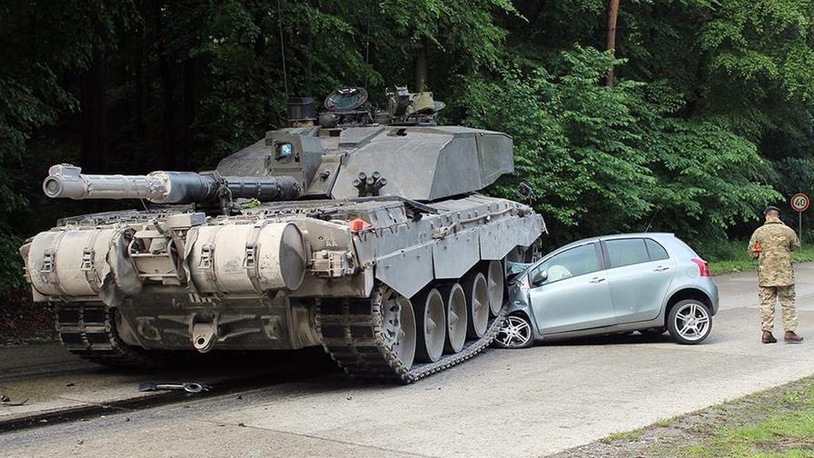 Начинаеща шофьорка оцеля при удар с танк в Германия