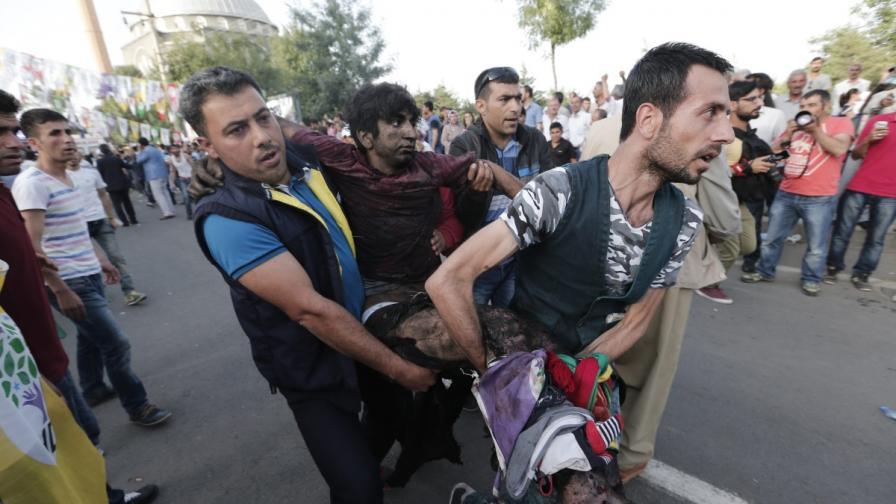 Двама загинали и над 100 ранени при взривове на митинг в Турция