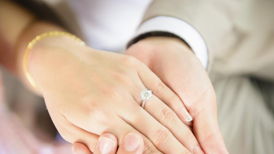"""Бижутер създаде """"годежен пръстен на верността"""""""