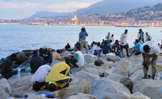 Някои мигранти спят на скалите край границата