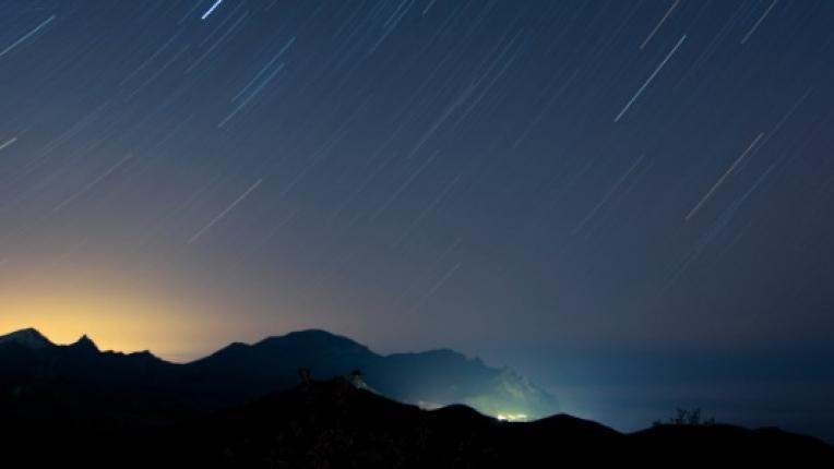 небе град падащи звезди звездопад