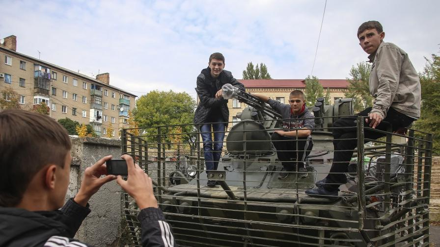 Младежи в сепаратистките региони на Украйна изучават основите на войната