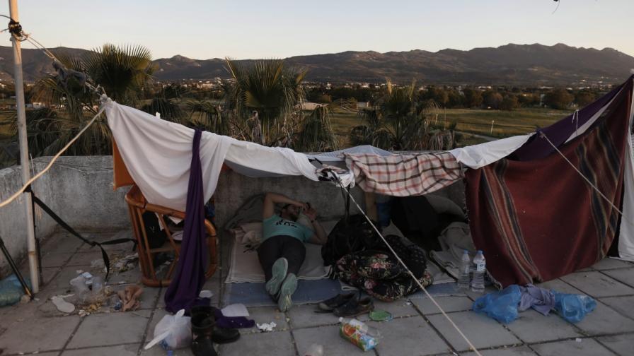 """""""Амнести"""" предупреждава за хуманитарна криза с бежанците в Гърция"""