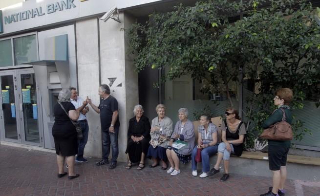 Гръцки пенсионери са се събрали пред банка в Атина