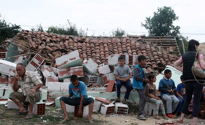 Роми с децата си спаха на открито в Гърмен