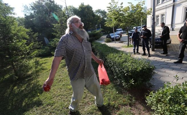 Докато депутатите обсъждаха в пленарната зала пенсионната реформа, Николай Колев-Босия хвърля домати по сградата на Народното събраниие