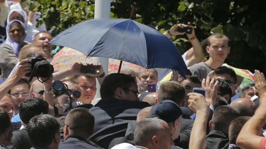 Сръбският премиер Александър Вучич освиркван и замерян с камъни в Сребреница
