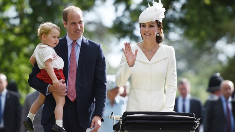 Херцогът и херцогинята на Кеймбридж - Уилям и Кейт с първородния си син Джордж и второто си дете - дъщеря им Шарлот