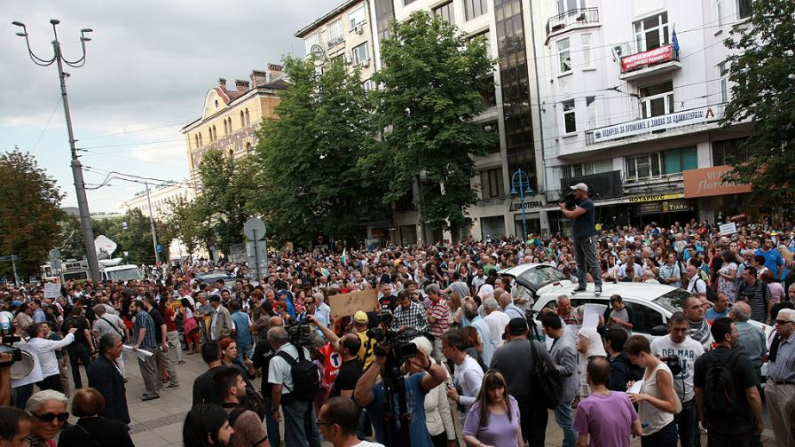 Протестиращи срещу главния прокурор Сотир Цацаров блокираха движението пред сградата на Съдебната палата в София