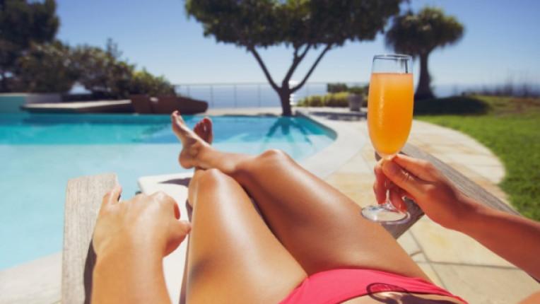жена лято басейн почивка блаженство портокалов сок