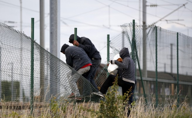 Стотици мигранти пак се опитаха да влязат в тунела под Ламанша