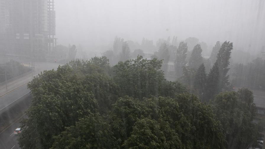 Трафопост се запали при бурята в София, част от Банкя без ток