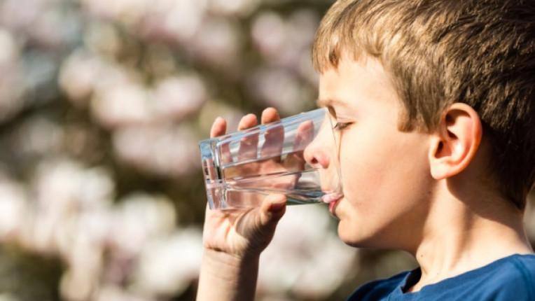 деца родители вода хидратация