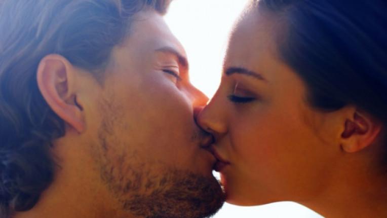 двойка любов целувка връзка