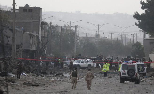 Най-малко 10 убити и стотици ранени при атентат в Кабул