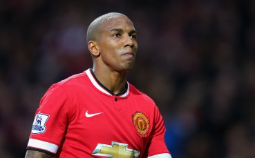 Юнайтед предлага договори на двама от най-опитните